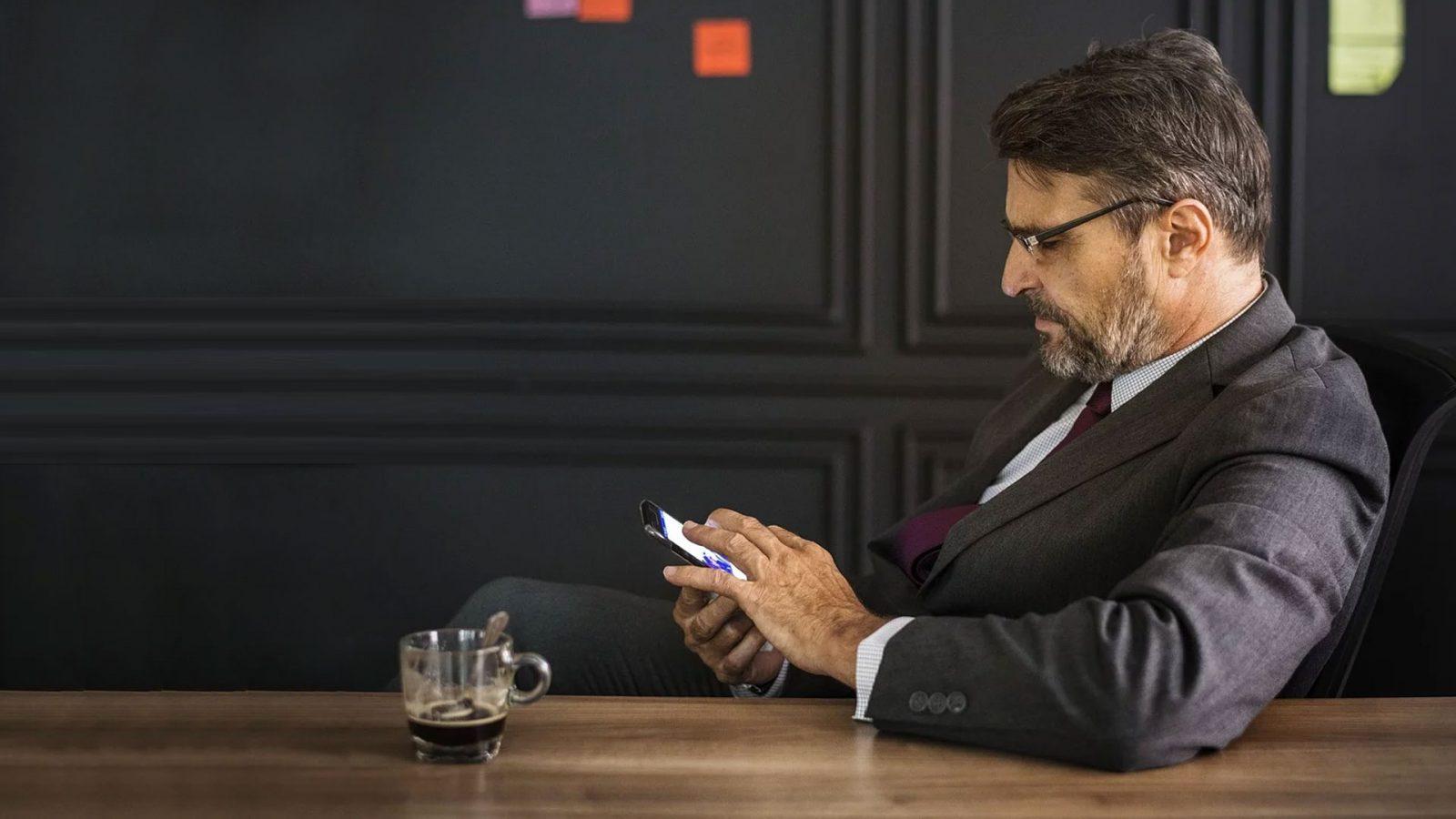 homme regardant son téléphone portable