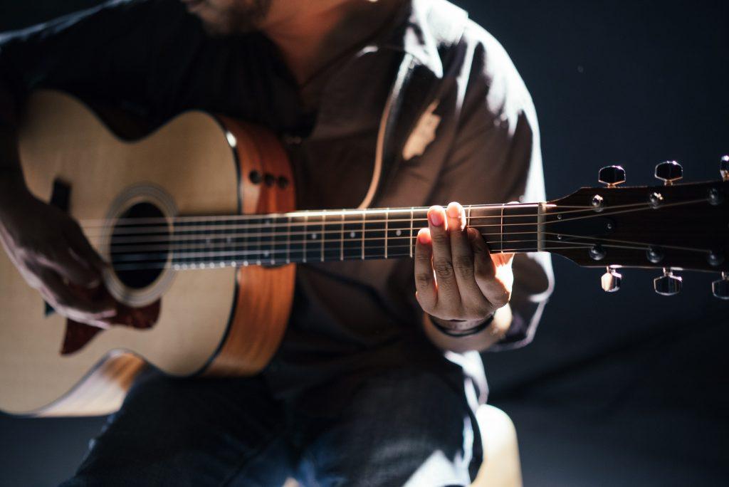 musicien à la guitare