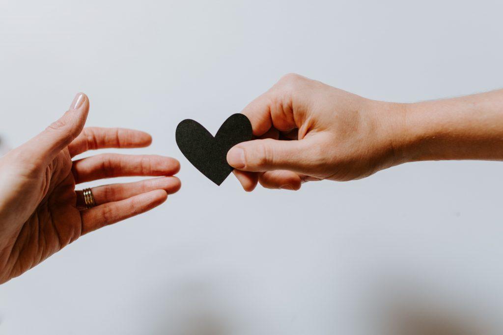 mains avec coeur
